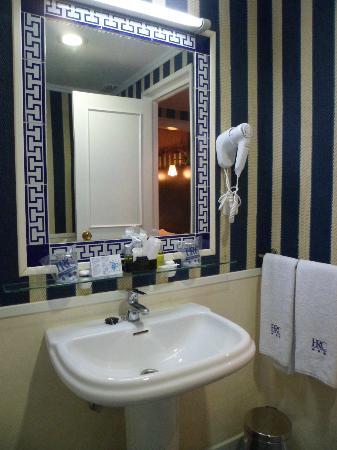 HRC Hotel: Pretty bathroom