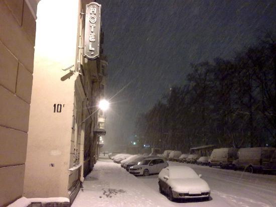 Empire Park Hotel: Hotel at winter night