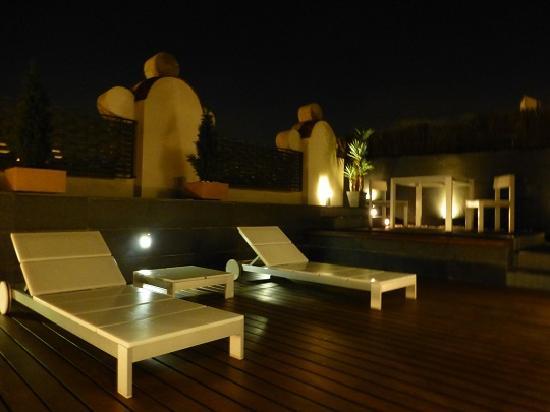 Sixtytwo Hotel: 夜テラス