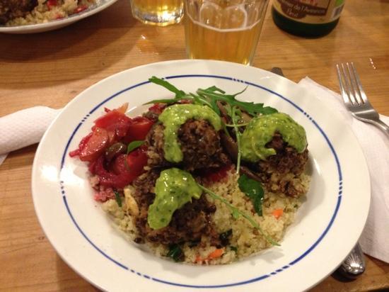 Chez Léontine : salade de Quinoa, boulettes de lentilles, pesto au citron, légumes. cidre brut bio.