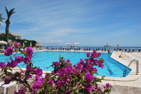 Hotel Maga Circe: Beautiful sea-water pool