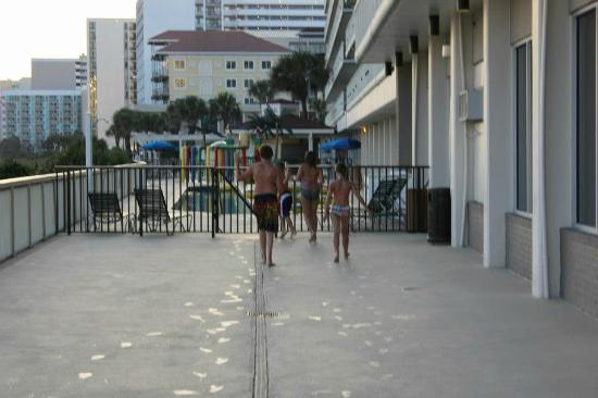 Westgate Myrtle Beach Oceanfront Resort: walking south to the Lazy river, expect to supervise your children