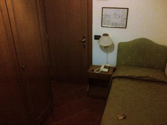 Hotel Iris: The room