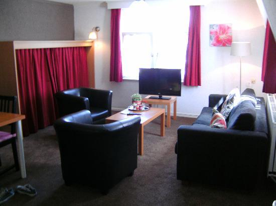Hotel Dieteren: woonkamer met extra uitklap bed