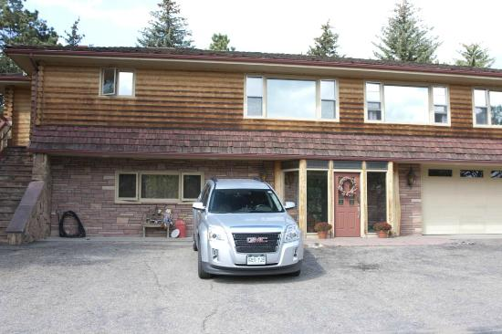 Estes Park Bed & Breakfast: View from front with our hire car