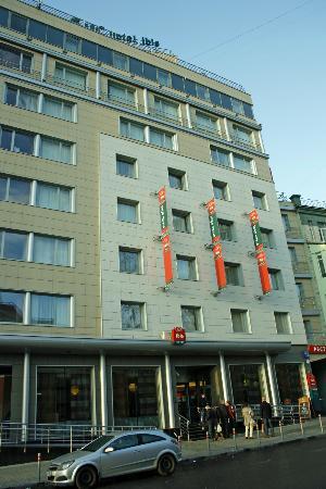 โรงแรมไอบิสมอสโคว พาเวเลทสกายา: straatkant hotel Ibis Paveletskaya