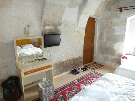 Falcon Cave Suites: комната