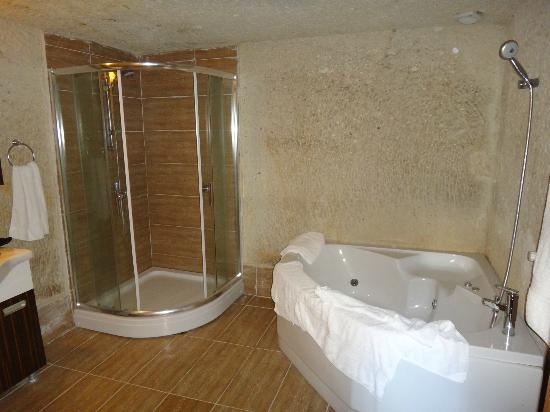 Falcon Cave Suites: душ и ванна