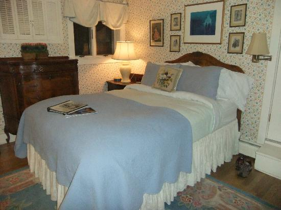 The White House Inn: Window by bed was nice.