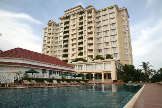 Sofitel Phnom Penh Phokeethra: Heerlijk zwembad voor een frisse duik na een warme dag in de stad
