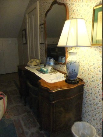 The White House Inn: Closet in background is where the TV is.