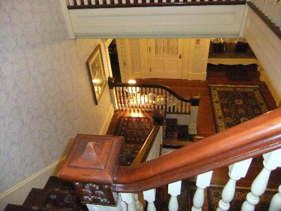 Berry Manor Inn: Staircase looking down to entry