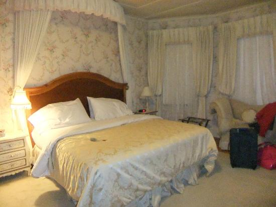 Berry Manor Inn: King bed in room #3