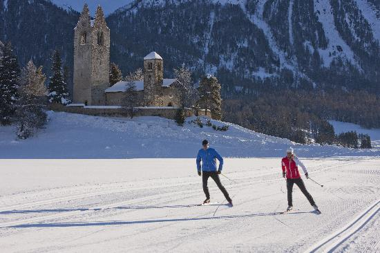 Engadin St. Moritz, Suiza: Cross country skiing in Celerina