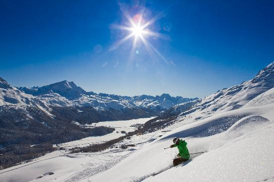Engadin St. Moritz, Suiza: Skiing in fresh powder and full sunshine in the Corviglia area