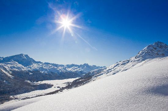Engadin St. Moritz, Suiza: View from Corviglia ski area on frozen lakes