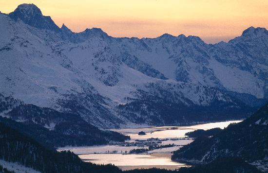 Engadin St. Moritz, Suiza: View from Silvaplana over lake Silvaplana and Sils