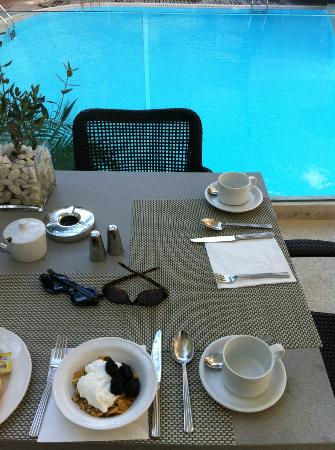 Galaxy Hotel Iraklio: breakfast by the pool