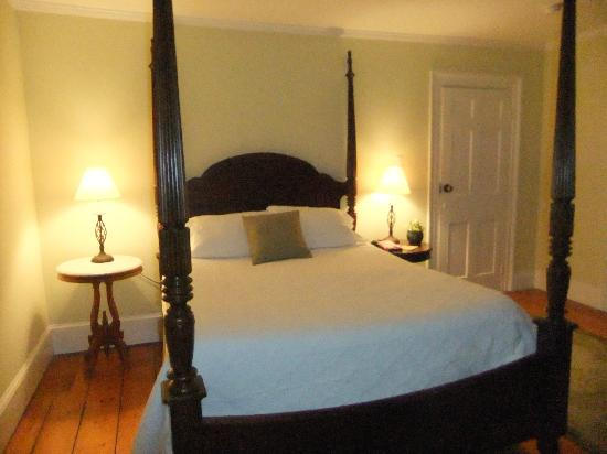 Eddington House Inn: Comfortable bed