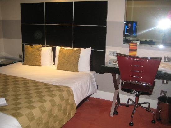 Park Plaza London Riverbank: Bed and Desk area