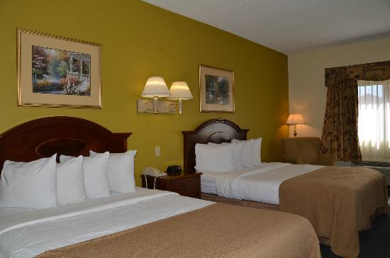 Quality Inn & Suites Worcester: Guest Room with Two Double Beds