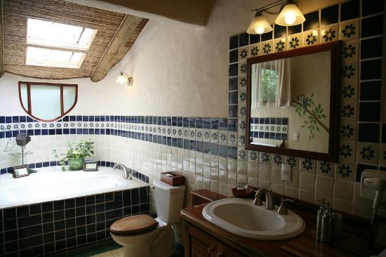 Finca Rosa Blanca Coffee Plantation & Inn: Bathroom of Las Aves