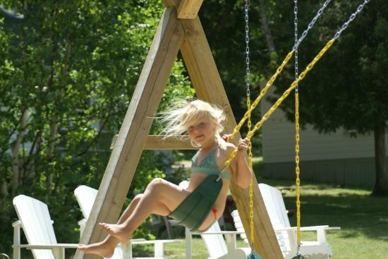Algonquin Woods Cottage Resort: Swing