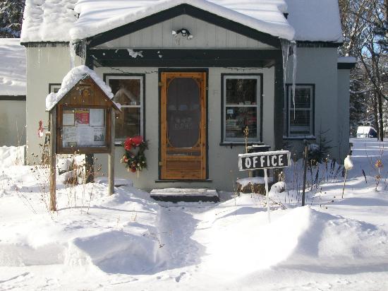 Algonquin Woods Cottage Resort: Office in winter