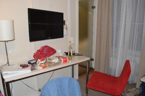 Thon Hotel Astoria: Mesinha e TV do apartamento standard