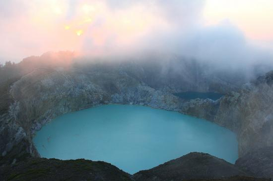 Mount Kelimutu: Sunrise over the lakes