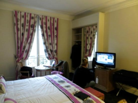 Royal Hotel Paris Champs Elysees: Room 301 - small, comparable to NYC hotels and just as old.