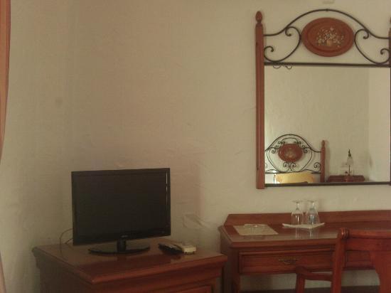 Hotel Cortijo Las Grullas: Tv y escritorio