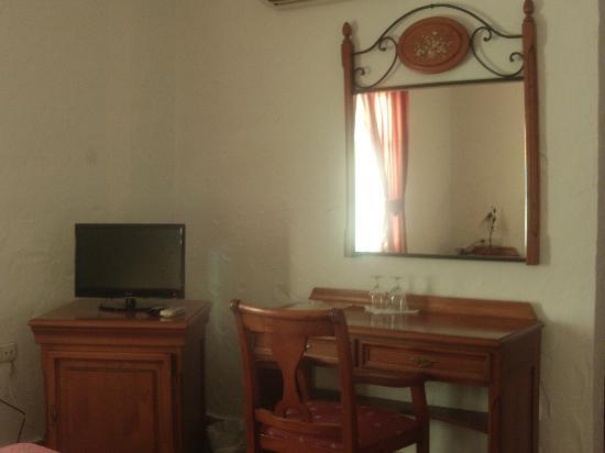 Hotel Cortijo Las Grullas: Escritoro y TV