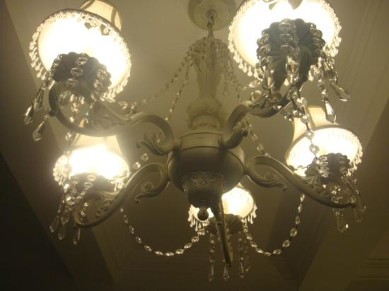 The Franklin: お部屋の電気はゴージャスなシャンデリア