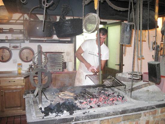 Restaurant Komin: Indoor Cooking Fire Pit.