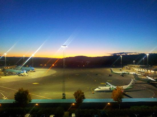 Clarion Hotel Bergen Airport: Fromt the hallway, sundown over the airport!