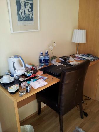 Hotel Odinsve: El escritorio de la habitación