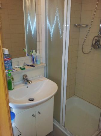 هوتل أودينسف: La mini ducha y lavabo 