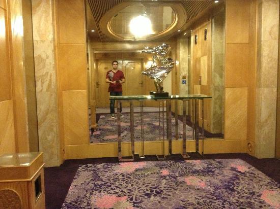Regal Hongkong Hotel: Hall dos elevadores.