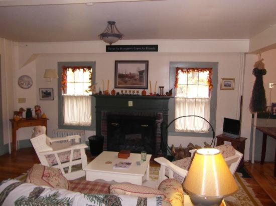 Spruce Moose Lodge and Cottages: comfortable chairs round the fire