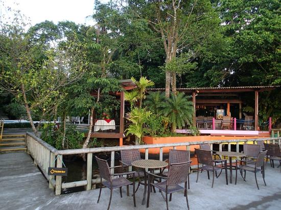 Pachira Lodge: Bar area overlooking canals