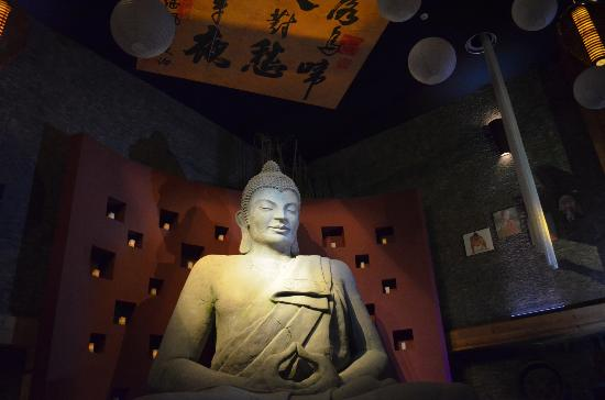 Kyo Grill: Estatua del Buda con parte de la decoración del techo.