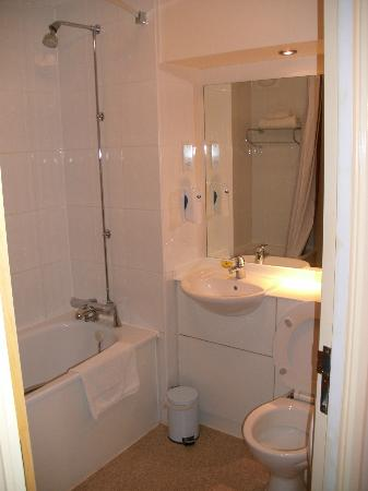 Premier Inn Lowestoft Hotel: Bathroom View