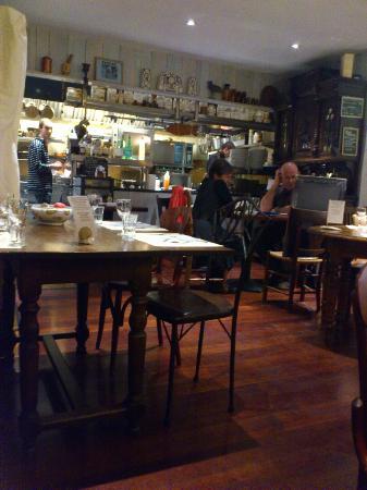La Ferme du Boucanier: Une partie de la salle avec cuisine ouverte sur la salle!