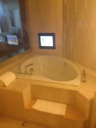 The Meydan Hotel: la baignoire balnéo avec la TV