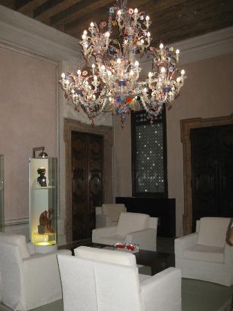 Hotel Palazzo Giovanelli: 2nd floor Chandelier