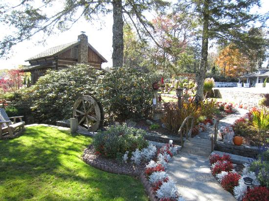 Azalea Garden Inn: Cabin and grounds