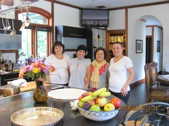 East Hampton Art House Bed and Breakfast: My mum with the wonderful helpers