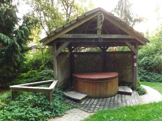 BaseCamp Cottages: hot tub