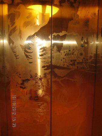 Villas at Disney's Wilderness Lodge: beautiful elevator doors